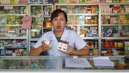 Dược sĩ hướng dẫn sử dụng sản phẩm.