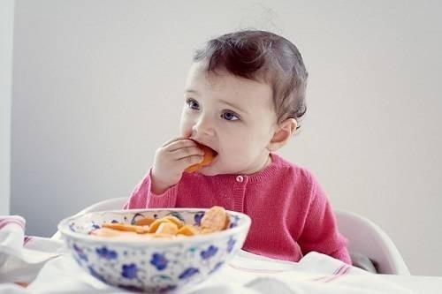 Bé 1 - 2 tuổi bắt đầu ít bú và sẽ ăn nhiều hơn